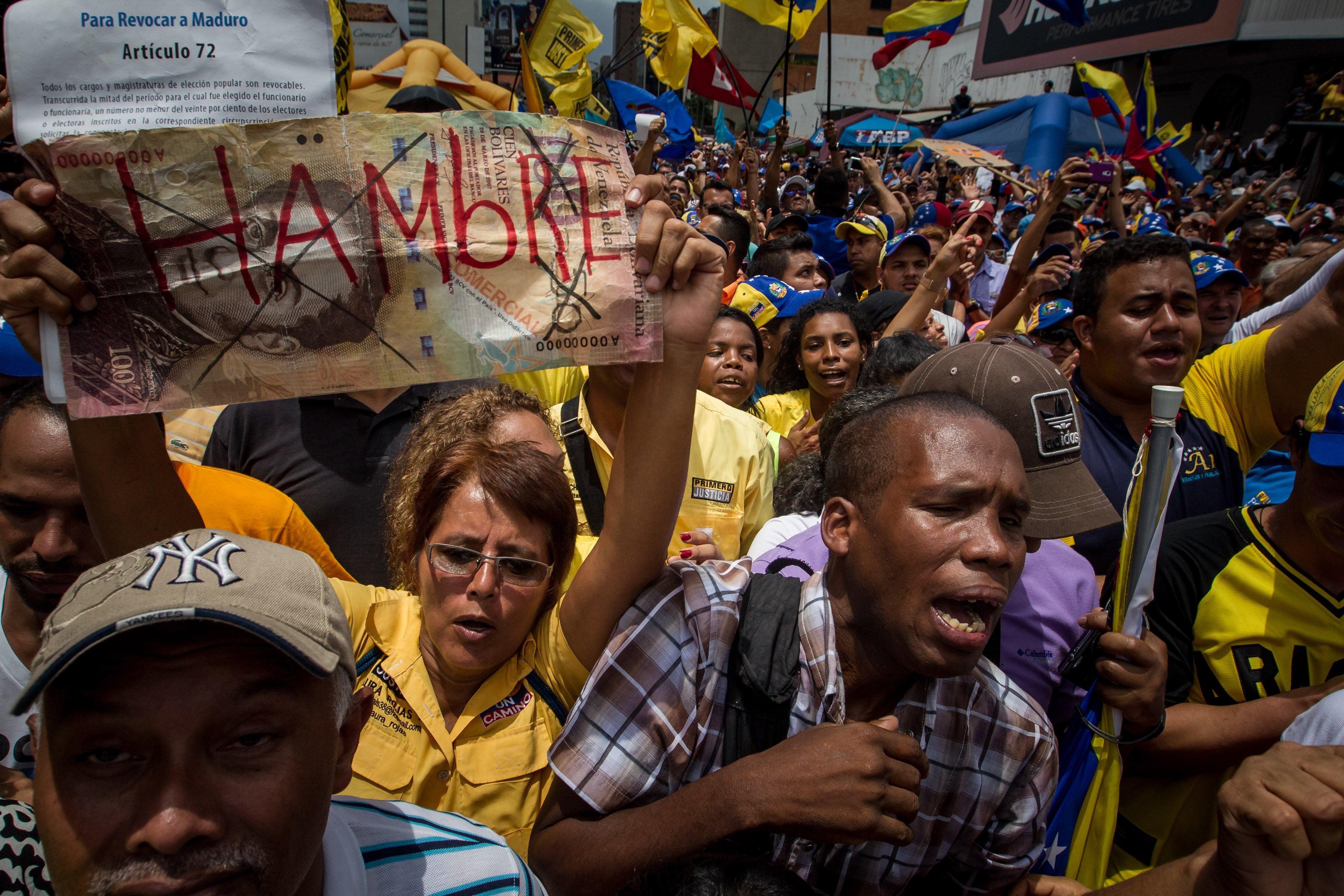 Venezuela inicia semana de alta tensión, agobiada por racionamiento eléctrico y violencia paramilitar