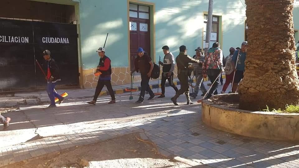 En Tupiza, infractores de cuarentena limpian calles y plazas como sanción