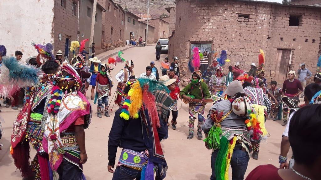 En Ocurí, celebran la fiesta de La Cruz; y en Macha, marchan para exigir elecciones