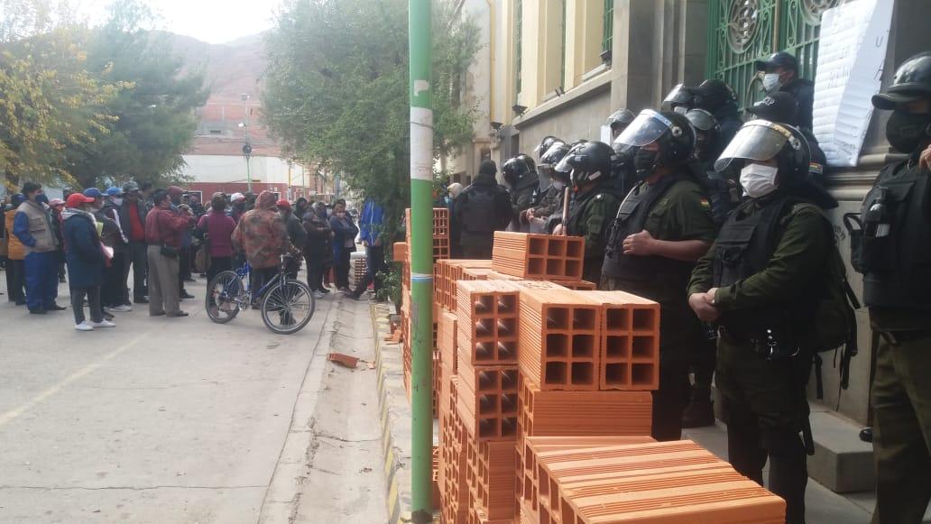 Tupiza: Transportistas, gremiales y vecinos logran que tres concejales presenten su renuncia