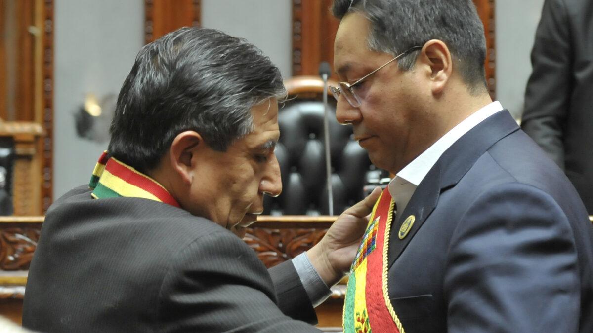 Con la mano en el pecho y entre lágrimas, Luis Arce juró como presidente de Bolivia