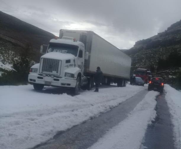 Intensa granizada obliga a suspender el transito en la carretera Oruro – Cochabamba