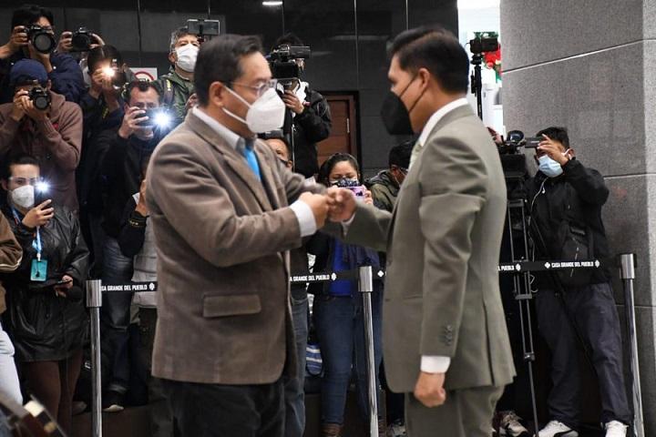 Luis Arce posesiona a Jeyson Marcos Auza como nuevo ministro de Salud