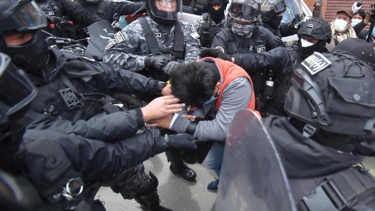 Conflicto Adepcoca, policía detiene a periodista de Página Siete que cubría la gasificación en Villa Fátima